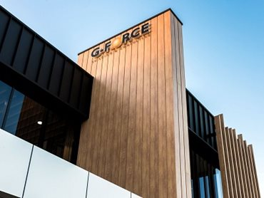 The exterior of the building is wrapped in DecoClad Shadowline cladding and timber-look aluminium DecoBattens