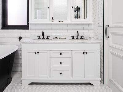 Schots traditional classique vanity in white bathroom interior