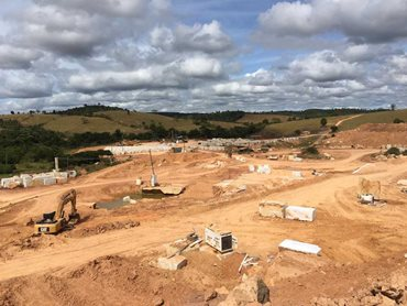 Quarrying in process at the Super White quarry (Photo Credit: Chris, Victoria Stone Gallery)