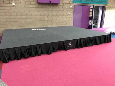 All QUATTRO accessories – steps, valance curtains with a logo or safety rails – can be used to customise the DIVA stage