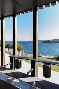 The rhythm of the timber posts of the veranda frame stunning views towards Tamarama surf break and the Waverley Cemetery. Photography by Brett Boardman
