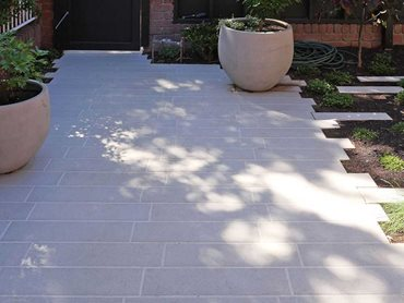 Slender paving planks were chosen for the front courtyard