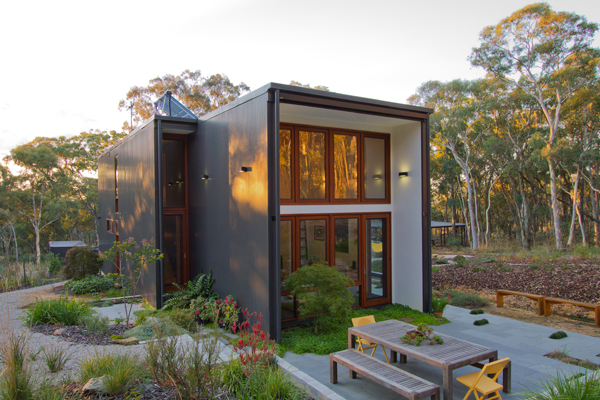 Box house by rob henry architects goes only where nature for Landscape architect canberra