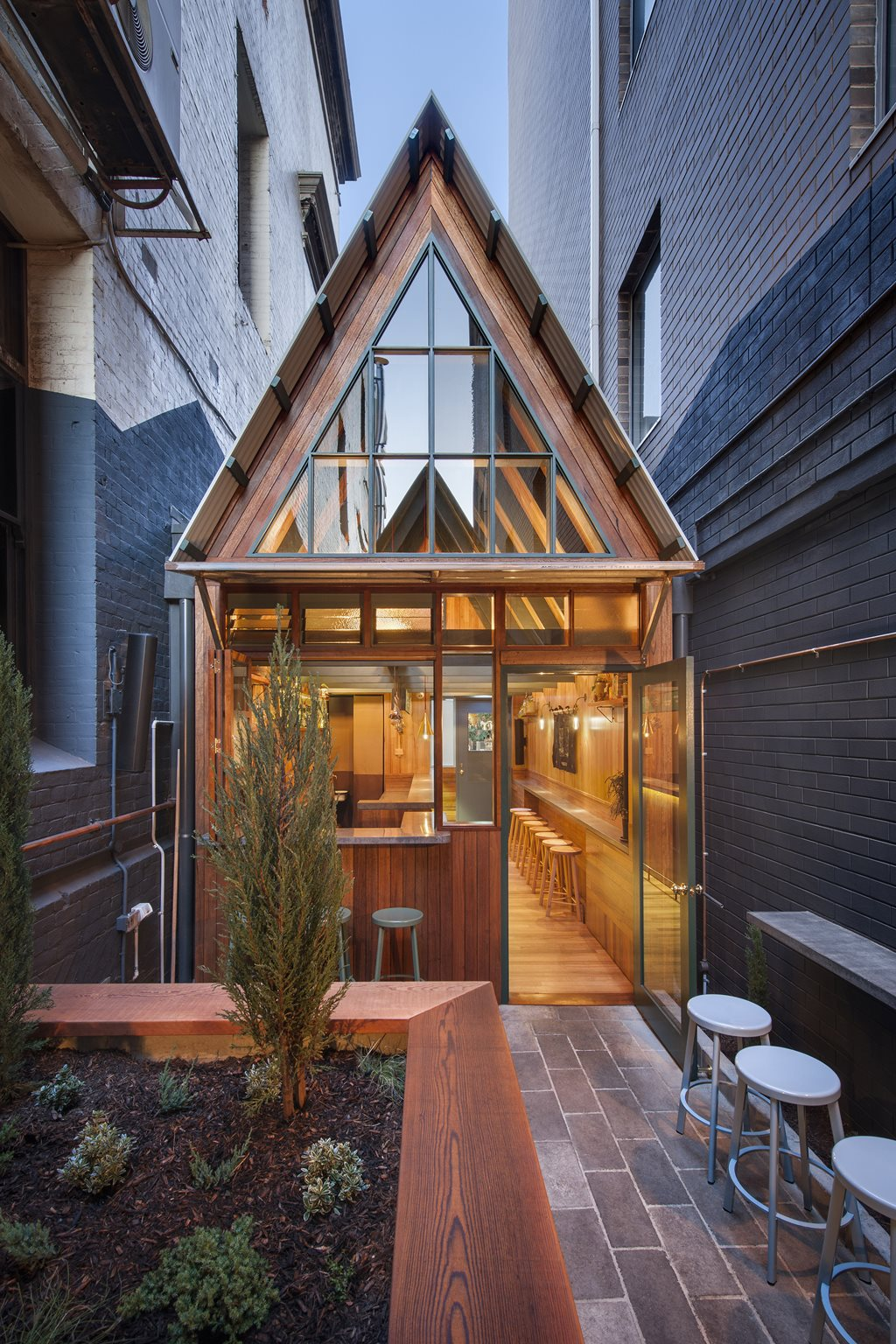 Sans arc studio slot timber clad bar courtyard and for Courtyard home designs adelaide