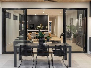 Carinya Classic sliding doors allow easy integration of the indoor-outdoor living areas
