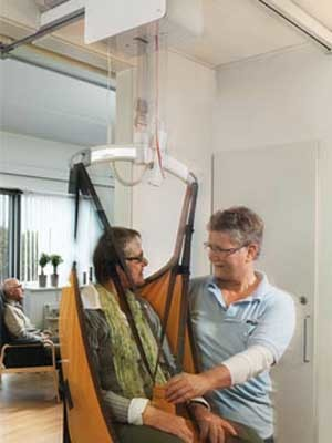 Two assisted living workers demonstrate how the lifting sequence can be carried out by one person (Photo: Guldmann)