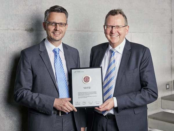 Dr Andreas Hettich (left) and Dr Dieter Wirths with the certificate (Photo: Hettich)