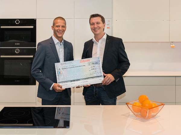 Philipp Blum (right) handing over the cheque to Patrick Hafner from 'Light for the World'