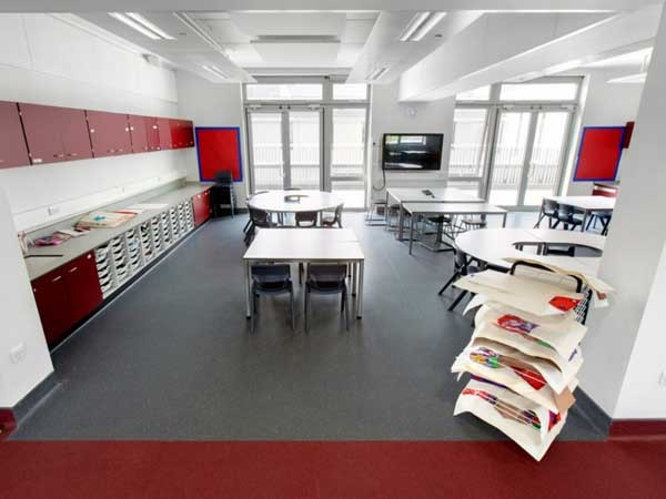Over 1,500m² of Altro XpressLay has been laid in four different colours throughout Kettering Buccleuch Academy's teaching and circulation spaces