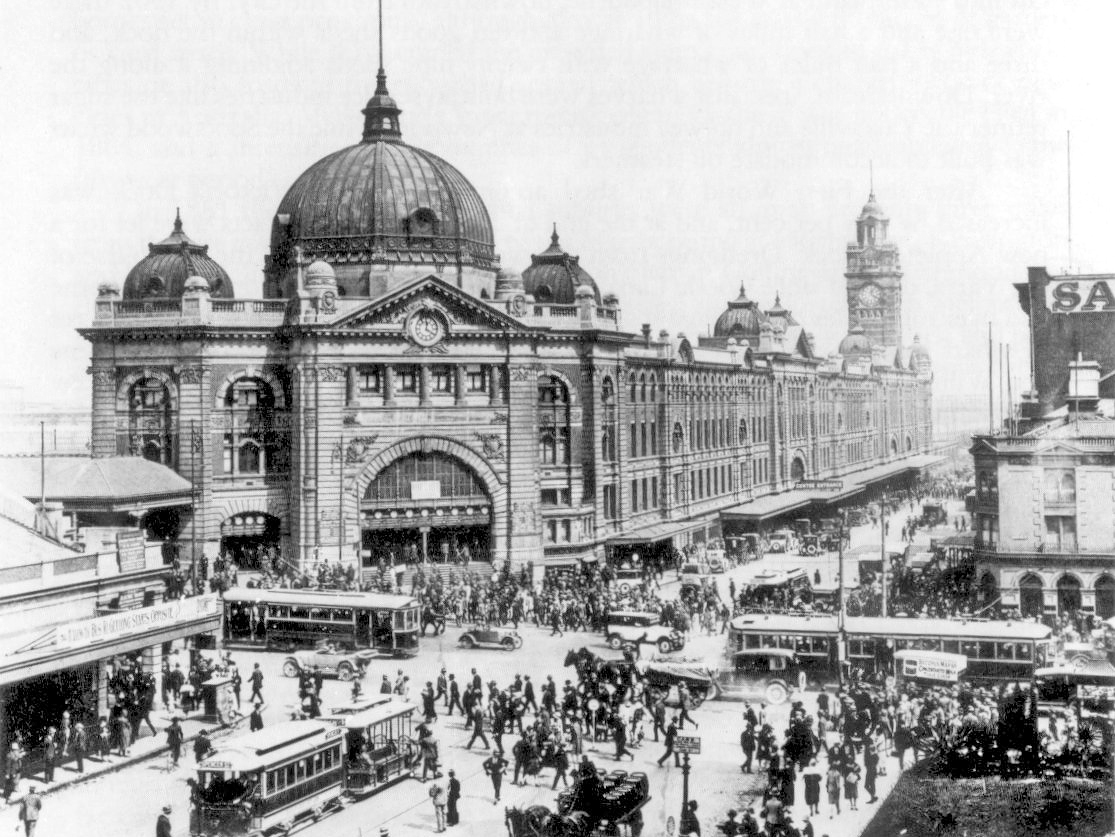 Flinders Street Station in 1927. Image: Wikimedia Commons