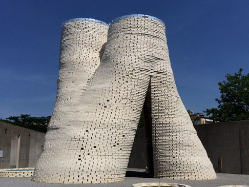 Mushroom Tower by David Benjamin is the the first example of a structure – though temporary – made by using mushrooms as base materials. Image: Arup