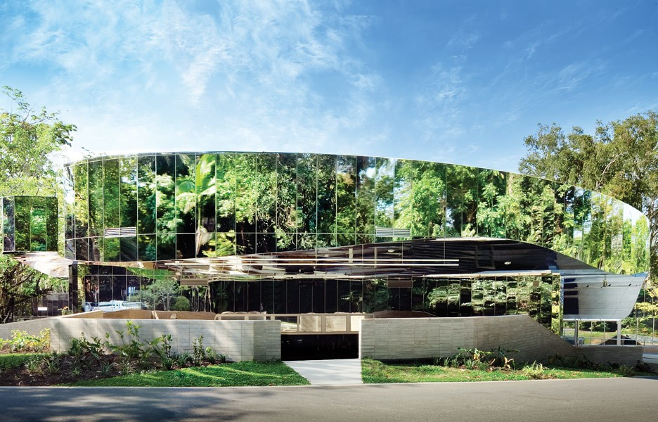 Reflect on this 5 projects that use mirrors on their facades to