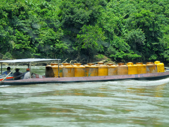 People transporting gasoline by boat in Indonesia's Kayan Mentarang National Park. Image: ESCapade/Wikimedia Commons, CC BY-SA