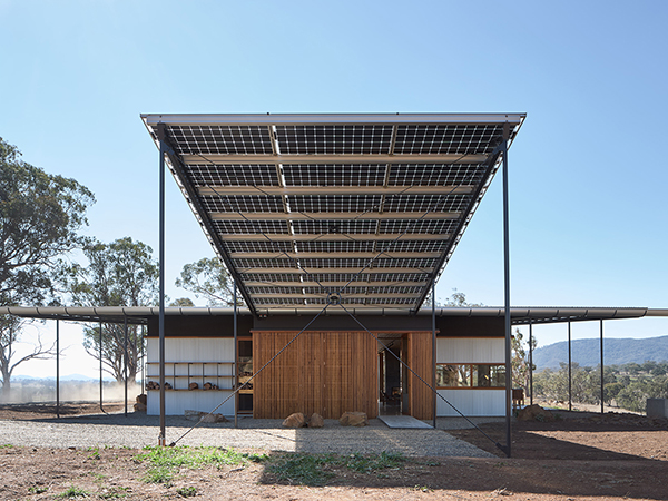 The Upside Down Akubra House seeks to do things differently and to form an empathetic and nurturing relationship to the big landscapes around the Northern-Central district of NSW. The Upside Down Akubra House, inspired by the wide brim of its namesake, it marries beauty and functionality to create an off the grid family home on a 314 hectare cattle farm an hour south of Tamworth in regional NSW.