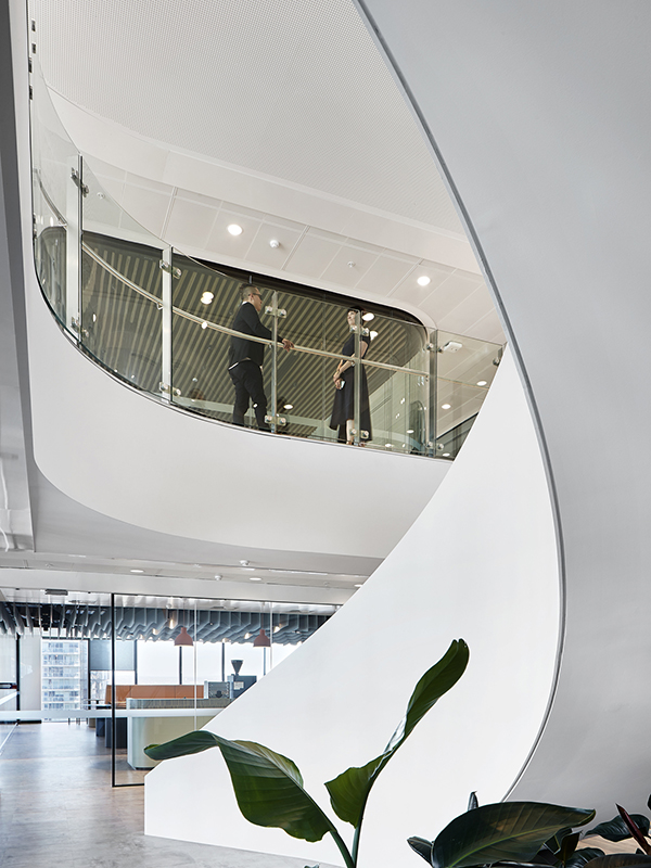 Beyond its organically shaped desk is the sculptural stair, which connects all four levels. This dramatic structure visually anchors the fit-out, while around it, different settings allow employees to choose how they want to work by offering zones for collaboration alongside intimate areas for quiet retreat.