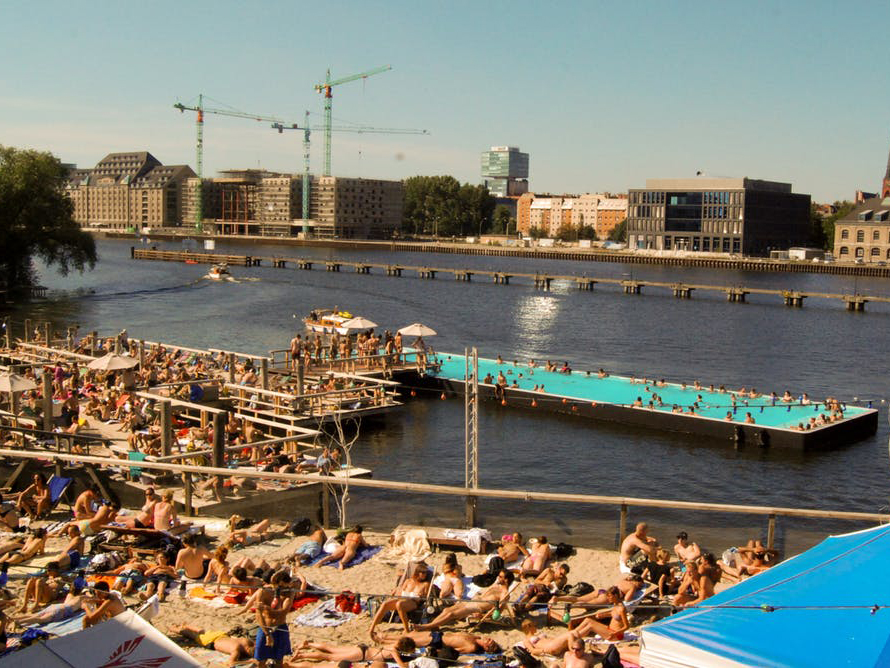Badeschi on the Spree River in Berlin. Image: Nordicbird/Flickr , CC BY